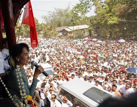 Myanmar opposition leader Aung San Suu Kyi talks to supporters at Yae Phyu village in Dawei township January 29, 2012.              REUTERS/Soe Zeya Tun