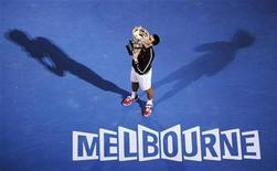 Novak Djokovic, da Sérvia, beija seu troféu após derrotar Rafael Nadal, da Espanha, na final do Aberto da Austrália, em Melbourne. 29/01/2012 REUTERS/Daniel Munoz