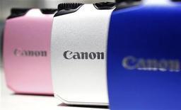 <p>Canon anticipe en 2012 une croissance des résultats plus faible que prévu, en raison du ralentissement économique mondial et d'un yen fort qui pèse sur l'exportation. /Phoot prise le 25 octobre 2011/REUTERS/Yuriko Nakao</p>