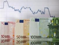 Банкноты евро. Фотография сделана в Зенице 22 января 2011 года. Евро отошел от максимума 6 недель в понедельник, поскольку инвесторы фиксируют прибыль после наиболее сильной недели более чем за квартал на фоне отсутствия сделки между властями Греции и частными кредиторами Афин. REUTERS/Dado Ruvic