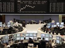 Трейдеры на Франкфуртской фондовой бирже, 27 января 2012 г. Европейские рынки акций открылись снижением котировок в понедельник на фоне ожиданий инвесторами деталей сделки Греции с частными кредиторами и в преддверии саммита лидеров ЕС. REUTERS/Pawel Kopczynski