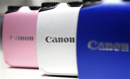 Canon digital cameras are displayed at the company's showroom in Tokyo October 25, 2011.  REUTERS/Yuriko Nakao