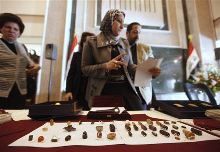 An employee checks recovered artefacts at the Iraqi Ministry of foreign Affairs headquarters in Baghdad January 30, 2012.    REUTERS-Saad Shalash