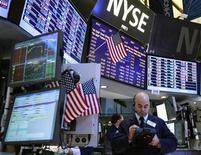 Трейдеры на торгах Нью-Йоркской фондовой биржи 30 января 2012 года. Фондовые индексы США завершили торги понедельника в небольшом минусе на фоне застопорившихся переговоров об условиях участия частного сектора в спасении Греции от неконтролируемого дефолта. REUTERS/Brendan McDermid