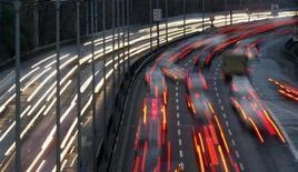 <p>Les immatriculations de voitures neuves en France vont accuser en janvier une baisse à deux chiffres en rythme annuel en raison du contexte économique morose et du comparatif défavorable avec le début 2011, selon une source du secteur. Les chiffres définitifs des immatriculations automobiles pour le mois qui s'achève seront publiés mercredi par le Comité des constructeurs français d'automobiles (CCFA). /Photo d'archives/REUTERS/Fabrizio Bensch</p>