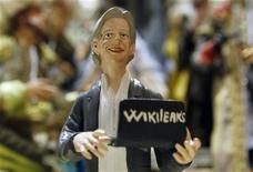 """Фигурка основателя WikiLeaks Джулиана Ассанжа. Фотография седлана в Неаполе 6 декабря 2010 года. Основатель сайта WikiLeaks Джулиан Ассанж станет персонажем одной из серий самого продолжительного мультсериала в истории США, """"Симпсонов"""", которого сам и озвучит. REUTERS/Ciro De Luca"""
