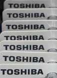 <p>Toshiba a vu son résultat d'exploitation trimestriel chuter de 72%, à 10,5 milliards de yens (105 millions d'euros) contre 58,8 milliards de yens attendus par le marché, sous l'effet de la vigueur du yen et de la morosité du climat économique. Le numéro deux mondial des semi-conducteurs a abaissé sa prévision annuelle. /Photo prise le 31 janvier 2012/REUTERS/Toru Hanai</p>