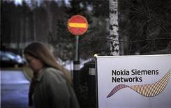 <p>Devant le siège de Nokia Siemens Networks à Espoo en Finlande. Le numéro deux mondial des équipements de réseaux mobiles envisage dans le cadre de sa restructuration de supprimer 2.900 postes en Allemagne et 1.200 en Finlande. Son vaste programme de restructuration vise à réduire ses effectifs de près d'un quart et d'économiser près d'un milliard d'euros par an. /Photo prise le 23 novembre 2011/REUTERS/Vesa Moilanen/Lehtikuva</p>