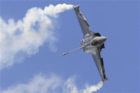 A Dassault Rafale fighter jet takes part in a flying display during the 49th Paris Air Show at the Le Bourget airport near Paris June 23, 2011. REUTERS/Gonzalo Fuentes