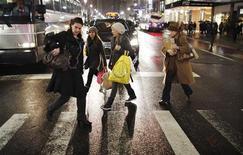 <p>A Manhattan. La confiance des consommateurs américains a chuté contre toute attente en janvier, reflétant leurs inquiétudes croissantes face à un marché du travail en berne. /Photo prise le 12 janvier 2012/REUTERS/Eduardo Munoz</p>