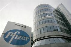 Вид на офисное здани Pfizer в Брюсселе, 23 января 2007 г. Pfizer Inc сообщил о резком снижении квартальной прибыли из-за дженериков его лекарства Lipitor и снижении прогноза на 2012 год из-за негативного влияния усиления доллара. REUTERS/Francois Lenoir