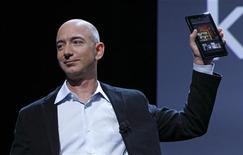 <p>Jeff Bezos, le directeur général d'Amazon, présente la tablette Kindle Fire. Le premier distributeur mondial sur internet a fait état d'une division par plus de deux de son bénéfice du quatrième trimestre, qui s'explique par les dépenses importantes consenties pour se développer, une annonce qui fait chuter de 9,5% le titre dans les transactions hors séance. /Photo prise le 28 septembre 2011/REUTERS/Shannon Stapleton</p>