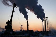 Трубы электростанции на территории деревообрабатывающей фабрики в Новоенисейске 21 февраля 2009 года. Сокращение внешнего спроса на российские товары и услуги привело к замедлению роста деловой активности в обрабатывающем секторе РФ в январе, говорят данные опроса менеджеров по снабжению (PMI), проводимого компанией Markit для HSBC. REUTERS/Ilya Naymushin