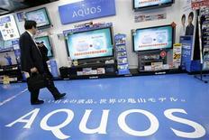 <p>Sharp, le fabricant des téléviseurs à cristaux liquides Aquos, fait état d'une chute de 86% de son bénéfice d'exploitation sur neuf mois (avril à décembre). /Photo d'archives/REUTERS</p>
