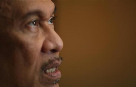 Malaysia's opposition leader Anwar Ibrahim speaks with Reuters during an interview at his office in Kuala Lumpur January 26, 2012.   REUTERS/Bazuki Muhammad
