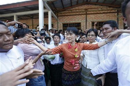 Supporters shake hands with Myanmar pro-democracy leader Aung San Suu Kyi as she arrives in Pakokku township January 31, 2012. REUTERS/Soe Zeya Tun