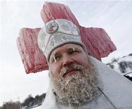 Священник проводит службу в Вышгороде под Киевом, 19 января 2010 года. Число погибших от рекордных морозов с 27 января по 1 февраля на Украине выросло до 43 человек, из которых 13 умерло за последние сутки, сообщило Министерство по чрезвычайным ситуациям. REUTERS/Gleb Garanich