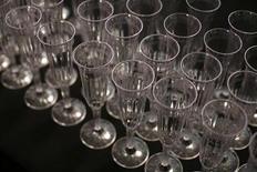 Бокалы для шампанского. Фотография сделана во время Недели моды в Нью-Йорке 13 сентября 2010 года. Российский производитель игристых вин Абрау-Дюрсо рассчитывает привлечь от первичного размещения акций на бирже $15 миллионов, продав 15 процентов акций, сообщил Рейтер основной владелец компании Борис Титов. REUTERS/Eric Thayer