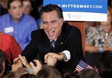 Экс-губернатор штата Массачусетс Митт Ромни пожимает руки сторонникам во Флориде, 31 января 2012 года. Победа экс-губернатора штата Массачусетс Митта Ромни на предварительных выборах республиканской партии США во Флориде сделала его на шаг ближе к заветной цели стать основным конкурентом президента США Барака Обамы в борьбе за президентское кресло в 2012 году. REUTERS/Mike Carlson