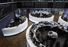 <p>Les Bourses européennes accroissent leurs gains en fin de matinée mercredi sur fond d'amélioration du sentiment sur la crise de la dette en zone euro. Le CAC 40 affiche une hausse de 1,57% vers 11h45 GMT. Francfort prend 1,92% et Londres 1,37%, avec un gain de 1,73% de l'EuroStoxx 50. /Photo prise le 1er février 2012/REUTERS/Alex Domanski</p>