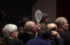 Участники аукциона Christie's в Нью-Йорке 20 января 2012 года. Несмотря на кризис еврозоны и низкий экономический рост, продажи произведений искусства крупнейшего в мире аукционного дома Christie's в 2011 году выросли на 9 процентов до рекордного уровня 3,6 миллиарда фунтов. REUTERS/ Kena Betancur