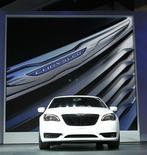 Автомобиль Chrysler на автошоу в Лос-Анджелесе, 18 ноября 2010 года. Американский автопроизводитель Chrysler Group LLC вернулся к прибыли в минувшем финансовом году и смело прогнозирует ее рост в восемь раз в 2012 году. REUTERS/Mario Anzuoni
