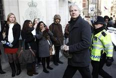 O fundador do WikiLeaks Julian Assange chega à Suprema Corte, em Londres. 01/02/2012  REUTERS/Stefan Wermuth