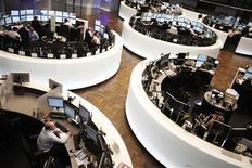 Трейдеры работают на Франкфуртской фондовой бирже, 1 февраля 2012 г. Европейские рынки акций выросли в среду благодаря банковским акциям, растущим в надежде на скорейшее заключение сделки об обмене греческих облигаций, а также на фоне превысившей прогнозы статистики промпроизводства Китая. REUTERS/Alex Domanski