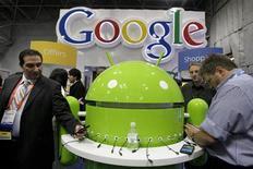 <p>Lors d'une exposition à New York. Google assure que les modifications qu'il apportera à compter du 1er mars à sa politique de protection de la vie privée ne remettront pas en cause le contrôle par les utilisateurs de la manière dont leurs données personnelles sont collectées et utilisées. /Photo prise le 16 janvier 2012/REUTERS/Kena Betancur</p>