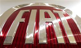<p>L'italien Fiat-Chrysler a abaissé mercredi son objectif de chiffre d'affaires pour 2012 à environ 77 milliards d'euros pour tenir compte d'un ralentissement de la demande automobile en Europe et annoncé qu'il ne verserait pas de dividende au titre de 2011. /Photo prise le 14 décembre 2011/REUTERS/Alessandro Bianchi</p>