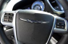 <p>Chrysler a vu ses ventes de voitures aux Etats-Unis bondir de 44% en janvier, grâce notamment à ses Jeep. A contrario GM, le plus grand groupe automobile américain, a annoncé une baisse de 6% de ses ventes sur son marché domestique le mois dernier, tandis que Ford Motor a vu ses ventes augmenter de 7% sur la même période, soutenues par le succès de ses petits modèles Focus, dont les ventes ont augmenté de 60%. /Photo prise le 4 janvier 2012/REUTERS/Lucy Nicholson</p>