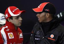 O motorista de Fórmula Um da Ferrari Felipe Massa, do Brasil (esquerda), conversa com o motorista da McLaren Lewis Hamilton, do Reino-Unido em Istanbul, 5 de Maio de 2011. REUTERS/Umit Bektas