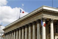 <p>La Bourse de Paris stagne à la mi-séance, le CAC 40 affichant un recul de 0,09% à 3.364,34 points à 12h15. Le marché pris en tenaille entre des publications d'entreprises jugées décevantes et les résultats jugés très bons des adjudications de dettes espagnole et française. /Photo d'archives/REUTERS/Charles Platiau</p>