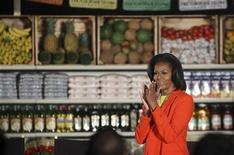 """A primeira-dama dos EUA, Michelle Obama, caminha diante de prateleiras do Mercado Northgate Gonzales ao chegar para realizar um discurso, na Califórnia. Michelle está ocupada promovendo há dois anos o seu programa de alimentação saudável e ginástica e foi promover a campanha """"Let's move"""" no programa """"The Ellen DeGeneres Show"""". 01/02/2012 REUTERS/David McNew"""