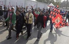 Torcedores dos times Al Ahly e Al Zamalek entoam slogans contra a violência que ocorreu durante uma partida de futebol envolvendo o Al Ahly em Port Said, no Cairo. Setenta e quatro pessoas morreram no confronto entre as tocidas, na quarta-feira. 02/02/2012  REUTERS/Asmaa Waguih