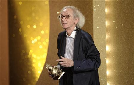 Artist Christo receives his ''Goldene Henne'' (Golden Hen) media award in the category ''Life Achievement'' during the prize ceremony at the Friedrichstadtpalast in Berlin, September 15, 2010. REUTERS/Michael Kappeler