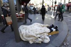 <p>Un sans domicile fixe à Paris. La vague de froid s'est intensifiée jeudi en France avec des températures pouvant atteindre de - 8 à - 14 degrés en fin de nuit dans certaines régions. De nombreuses associations ont accru leur capacité d'hébergement tandis que les files d'attente aux soupes populaires s'allongent. /Photo prise le2 février 2012/REUTERS/Charles Platiau</p>