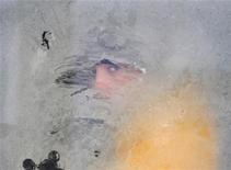 Мужчина смотрит в окно трамвая во Львове 1 февраля 2012 года. Газпром второй день подряд открещивается от обвинений замерзающих европейских клиентов в сокращении поставок газа, тогда как сами европейские потребители по очереди заявляют о недополучении российского топлива в разгар лютых морозов. REUTERS/Marian Striltsiv