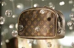 <p>Sac du maroquinier Louis Vuitton. Le chiffre d'affaires annuel de LVMH est en hausse de 16% à 23,66 milliards d'euros et son résultat opérationnel courant est de 5,26 milliards d'euros, en progression de 22%. /Photo d'archives/REUTERS/Fred Prouser</p>