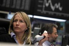 Трейдеры работают в торговом зале Франкфуртской фондовой биржи, 2 февраля 2012 года. Европейские рынки акций открылись почти без изменений в пятницу, так как инвесторы ждут данных о рынке труда США, чтобы оценить темпы восстановления крупнейшей мировой экономики и вероятность новых монетарных стимулов от ФРС. REUTERS/Alex Domanski
