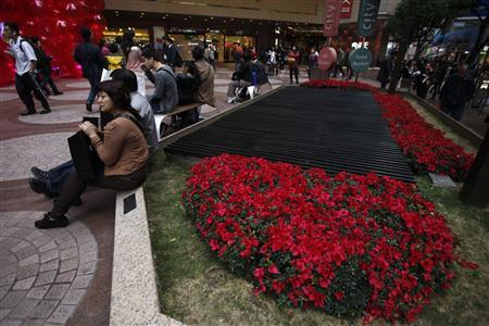 Mainland Chinese tourists rest in Times Square shopping centre in Hong Kong February 3, 2012.  REUTERS/Tyrone Siu