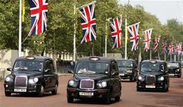 Кэбы идут по дороге в Лондоне, 28 апреля 2011 года. Поймать на улицах Лондона традиционный черный кэб во время Олимпийских игр этим летом может оказаться сложно - лондонские власти отказались одобрить повышение тарифов на время проведения соревнований.  REUTERS/Marcelo del Pozo