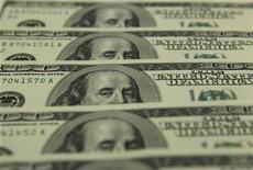 Долларовые банкноты в банке в Будапеште, 24 ноября 2011 г. Минфин РФ весной хочет решить, как освободить российских заемщиков от уплаты налога на процентный доход при выпуске еврооблигаций, оценивая размер доначисления налогов за предыдущие годы примерно в $600 миллионов. REUTERS/Laszlo Balogh
