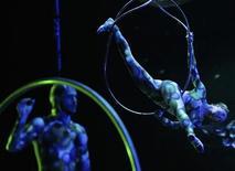 Артисты Cirque Du Soleil на репетиции шоу Zarkana в Государственныом Кремлевском дворце в Москве 27 января 2012 года. Главная концертная площадка России - Государственный Кремлевский дворец - впервые в своей истории оказалась в распоряжении циркачей на три месяца: до середины апреля его заняла труппа канадского Cirque du Soleil. REUTERS/Anton Golubev