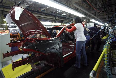Workers assemble a pre-production 2013 Dodge Dart during a tour of the Chrysler Belvidere Assembly plant in Belvidere, Illinois, February 2, 2012.     REUTERS/Frank Polich