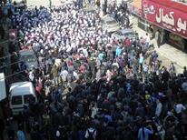 Протестующие против режима президента Сири Башара аль-Асада в городе Дариа под Дамаском 2 февраля 2012 года. Москва может отказаться от плана заблокировать в Совете Безопасности ООН последнюю версию поддерживаемой странами Европы резолюции Лиги арабских государств о смене власти в стоящей на грани гражданской войны Сирии. REUTERS/Handout