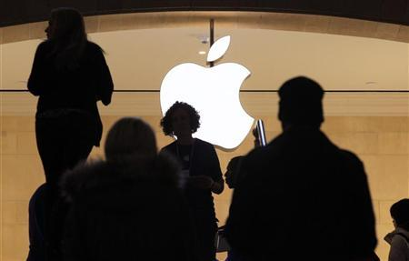 Customers visit the Apple Store in New York City's Grand Central Station January 25, 2012. REUTERS/Brendan McDermid
