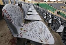 A Fifa vai intervir para reabrir a Federação Egípcia de Futebol, que foi fechada pelas autoridades do país após tumultos que ocorreram em um estádio (foto) deixando 74 mortos, disse o presidente da entidade, Joseph Blatter. REUTERS/Mohamed Abd El-Ghany