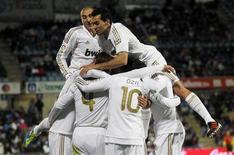 O Real Madrid venceu o Getafe no sábado por 1 x 0 e manteve sua vantagem de sete pontos sobre o Barcelona. Jogadores comemoram (foto). REUTERS/Juan Medina