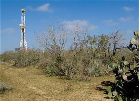 2月6日、新型ガスのシェールガス増産で米国産天然ガスの価格下落が進む中、日本の液化天然ガス調達価格は国際的にも割高で、調達先の多様化や資源外交を含めた抜本的な対応が急務となっている。写真はテキサス州のシェールガス採掘現場。昨年7月撮影。提供写真(2012年 ロイター)